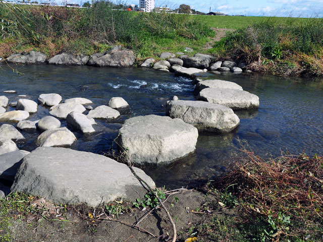 久留米リバーサイドパークの川にある石の橋