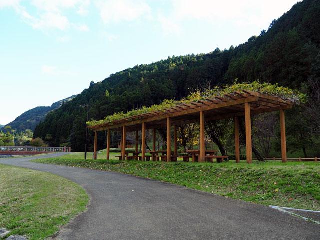 一ノ瀬親水公園の芝生広場と屋根付きのイスとテーブル
